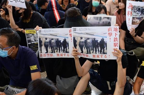 8月9日,在香港國際機場港人向各國旅客,講述反送中運動的真相,希望國際社會關注香港局勢。(大紀元)