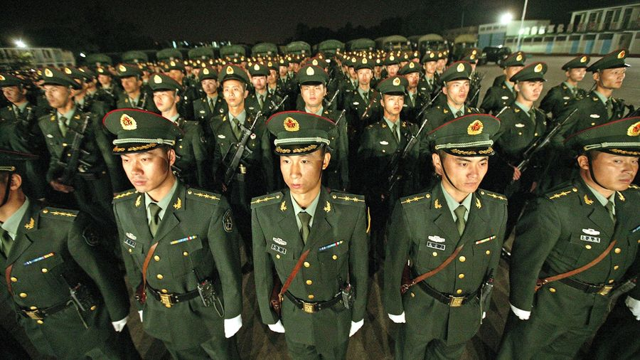 消息說,到8月12日為止,潛入香港的中共安全部隊人數一定不會低於12萬人。示意圖(ALEX HOFFORD/AFP/Getty Images)