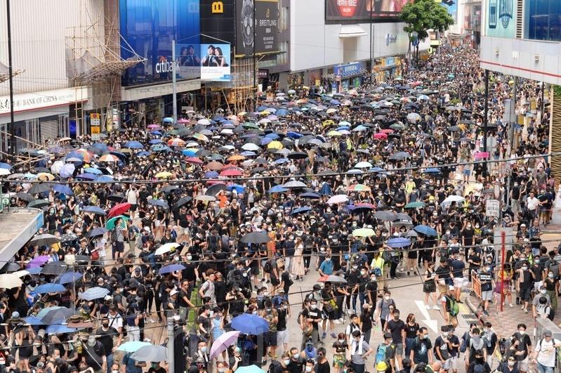在港島,有市民沿軒尼詩道遊行。(宋碧龍/大紀元)