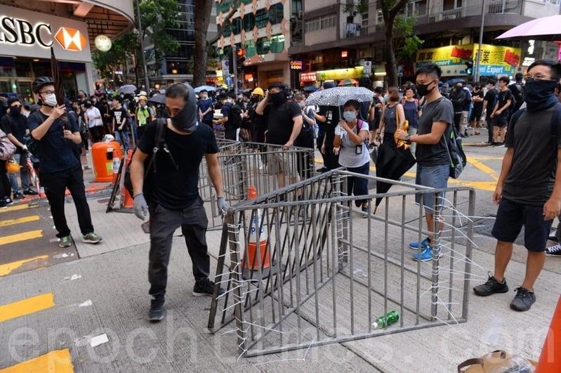 2019年8月11日,有示威者在遊行到軒尼詩道(灣仔修頓球場)後架設障礙物封路。(宋碧龍/大紀元)