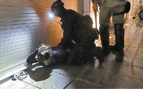 速龍小隊在尖沙咀清場期間拘捕逾十名示威者。(余鋼/大紀元)