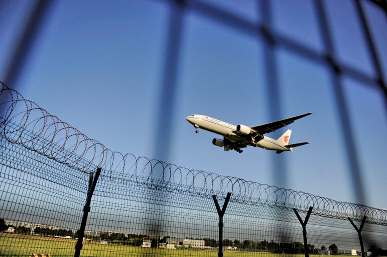 中共當局不僅將黨政人員的護照納入防逃體系,就是中共「維穩」的重點人員、重點區域的出入境證照均受到嚴控。圖為北京機場一景。(GettyImages)