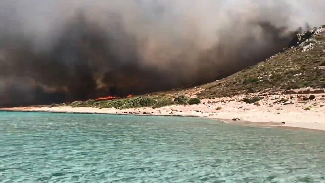 2019年8月10日,埃拉福尼索斯島嶼的火場,包括一處營地和一間飯店。(視頻截圖)