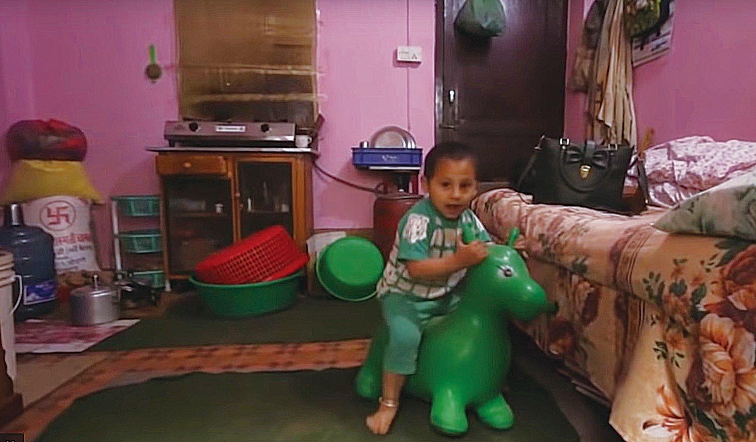 當年在地震中獲救的嬰兒索尼什阿瓦爾(Sonish Awal),如今已經4歲了,成為一個快樂和熱情的男孩。(影片截圖)