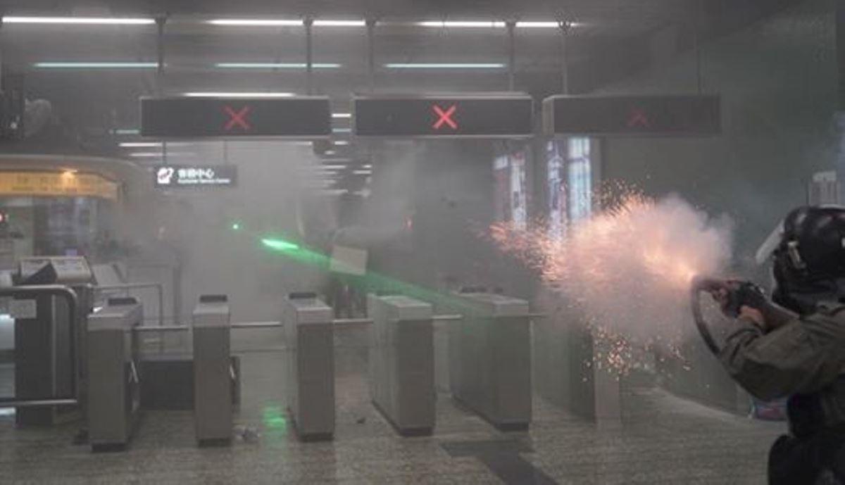 香港警察2019年8月11日晚間在港鐵葵芳站內向閘內發射催淚彈,煙霧在密閉的地鐵站內瀰漫,令眾多普通乘客也深受其害,引發社會輿論的批評。(圖片來源:臉書Felix Lam @HK.Imaginaire)
