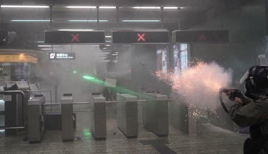 港警失控衝入地鐵站射彈 輿論震驚怒斥用心險惡