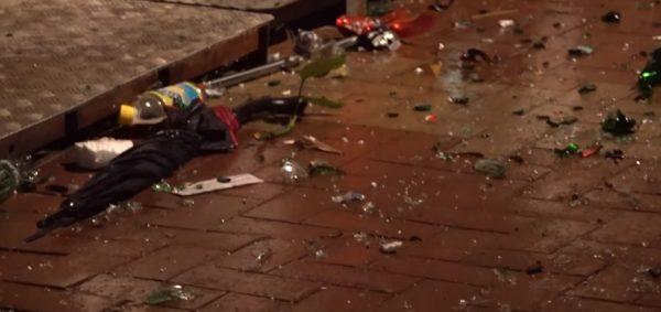 2019年8月12日凌晨1時許,荃灣二陂坊再發生兩批人激烈爭執,互相指罵繼而打鬥,有人持鐵條、棍棒、玻璃瓶及鐵鍋追打,殺聲震天。圖為滿地玻璃碎片。(影片截圖)