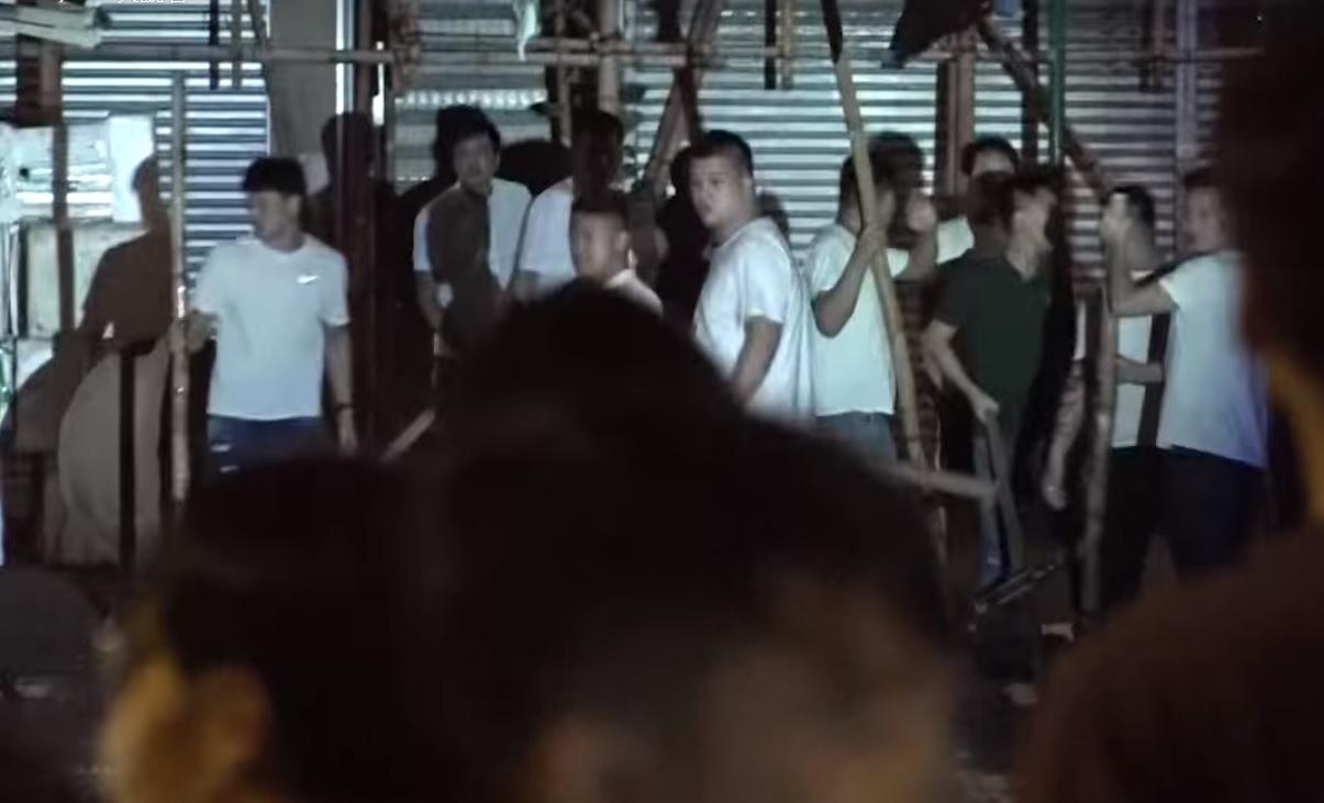 2019年8月12日凌晨1時許,荃灣二陂坊再發生兩批人激烈爭執,互相指罵繼而打鬥,有人持鐵條、棍棒、玻璃瓶及鐵鍋追打,殺聲震天。(影片截圖)
