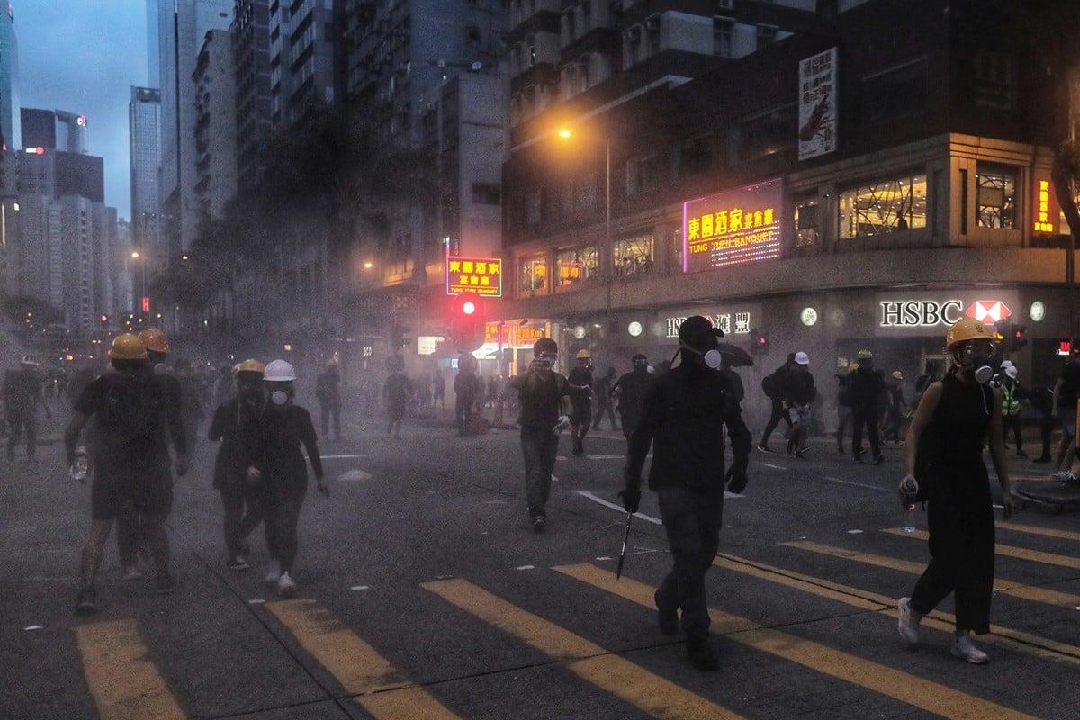 8月11日晚,示威者舉行的「反送中」集會,警方再次瘋狂放催淚彈、抓人。(VIVEK PRAKASH/AFP/Getty Images)