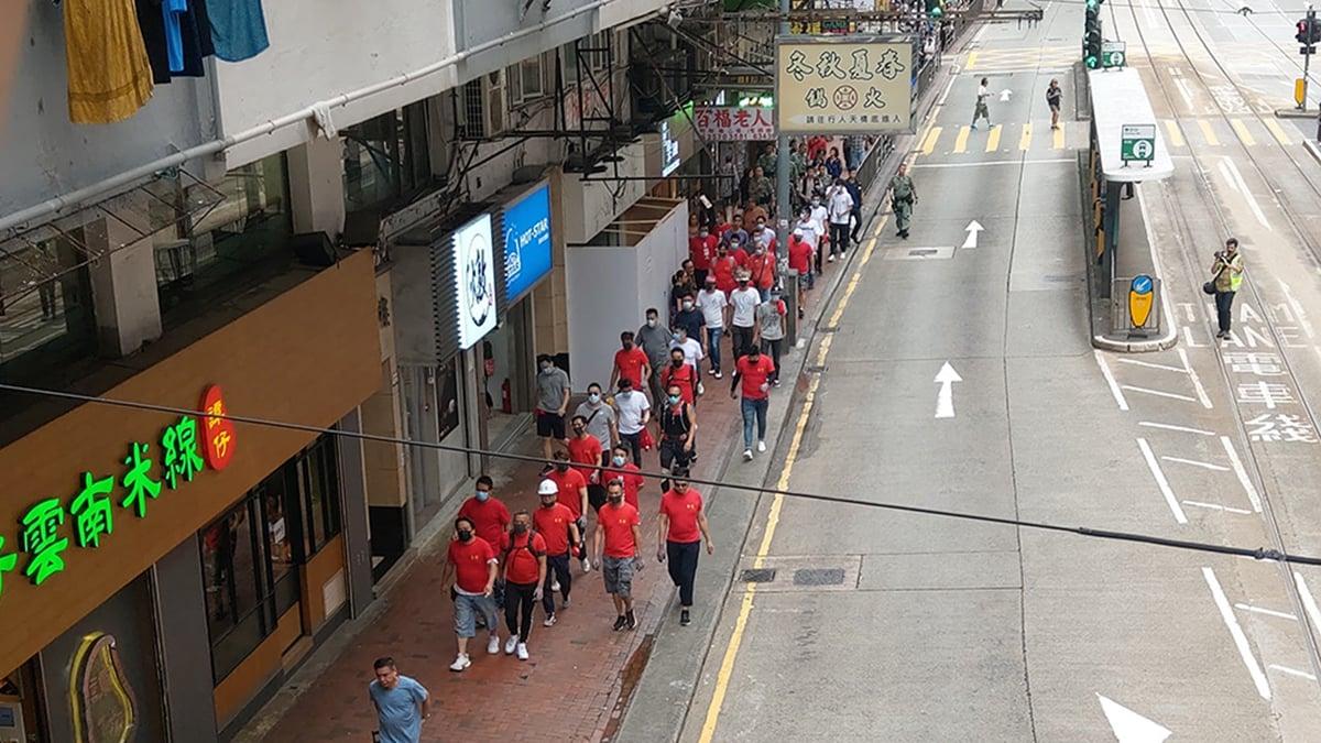 11日晚,出現紅衣人、白衣人追打黑衣人事件,大批警員前往,但並不是拘捕,而是叫他們把紅衣換成白衣,護送他們離開。圖為大批紅衣人下午出現在北角。(臉書圖片)