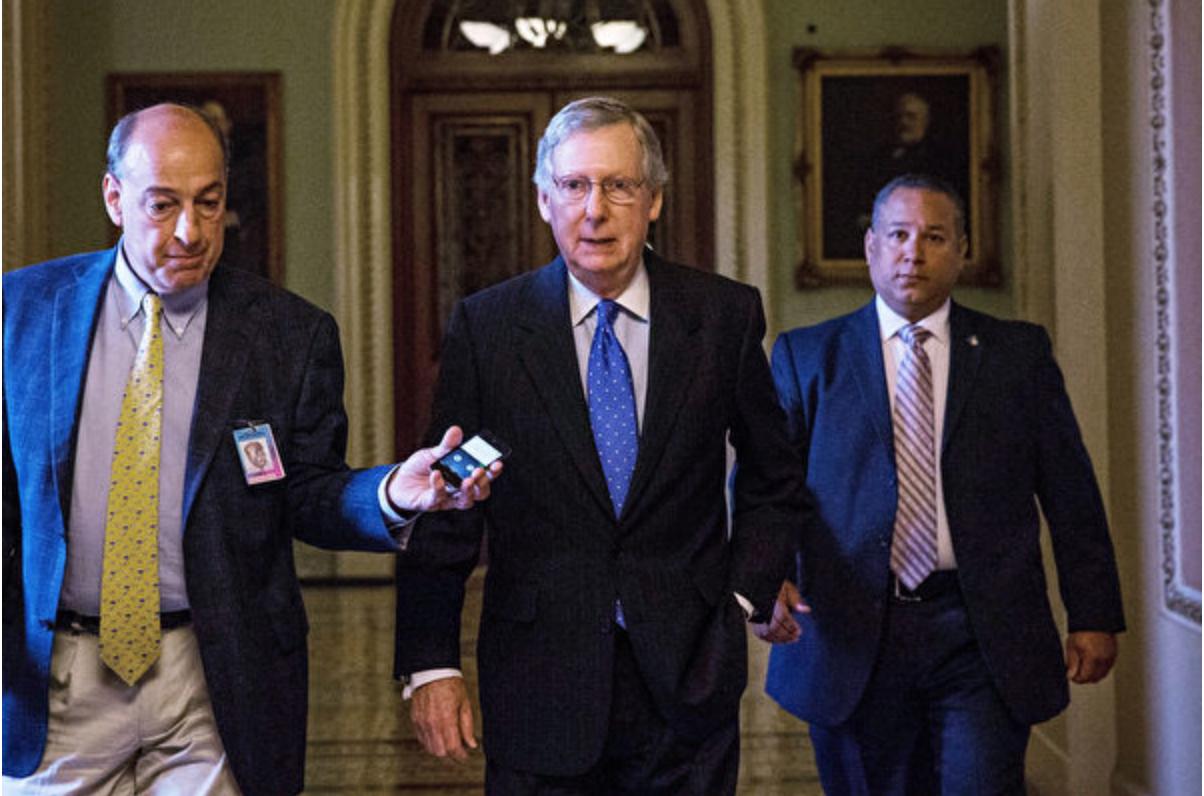 10月16日中午,參議院共和黨領袖麥康奈爾(中)表示兩黨達成協議,他相信美國國會眾議院會盡快表決參議院的協議。 (Andrew Burton/Getty Images)