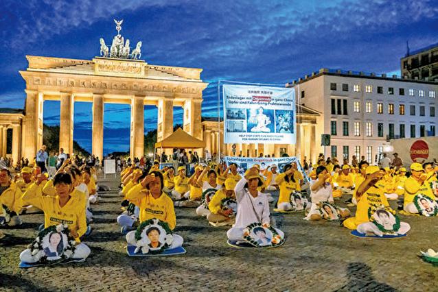 8月10日晚,德國部份法輪功學員在柏林勃蘭登堡大門前舉行燭光守夜。(張清颻/大紀元)