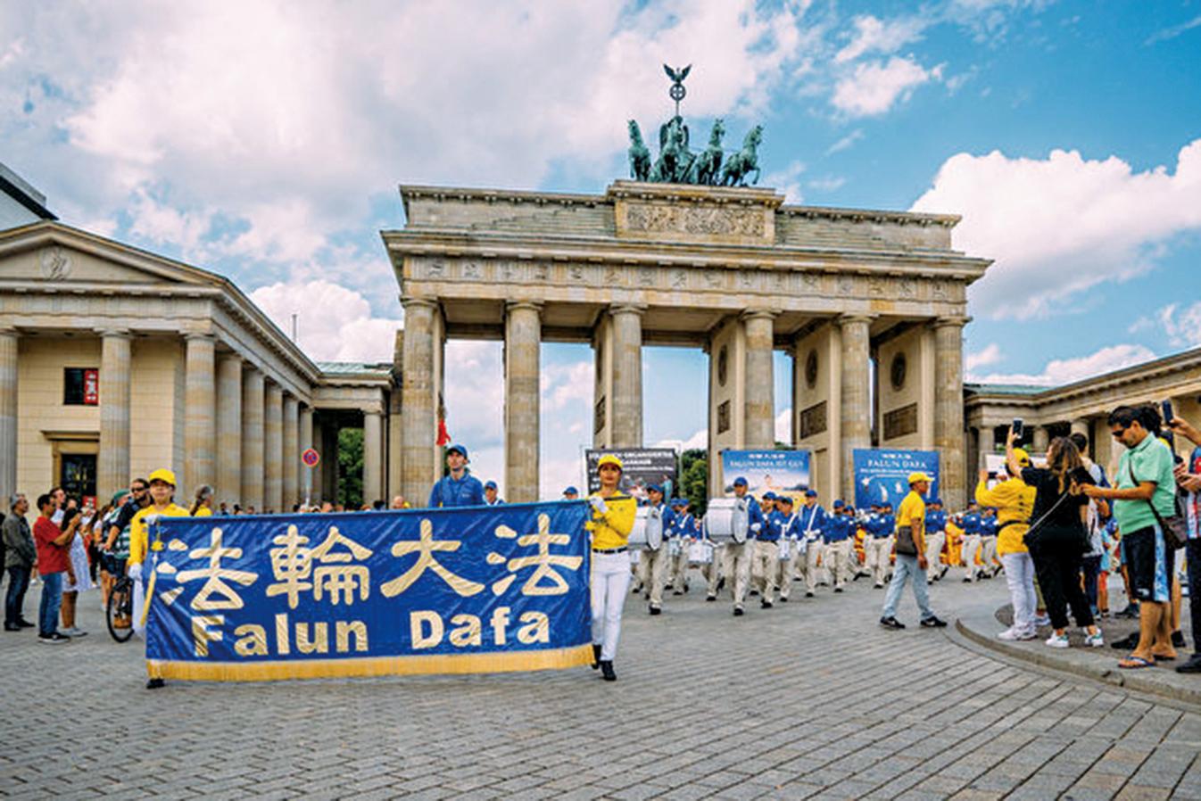 日前德國法輪功學員在首都柏林舉行遊行,呼籲公眾幫助制止中共對法輪功的迫害。圖為勃蘭登堡大門。(張清颻/大紀元)
