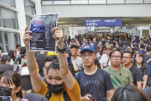 昨日有過萬市民響應網上號召,逼爆香港國際機場,希望就警方濫用暴力的情況喚起國際關注。(余鋼/大紀元)