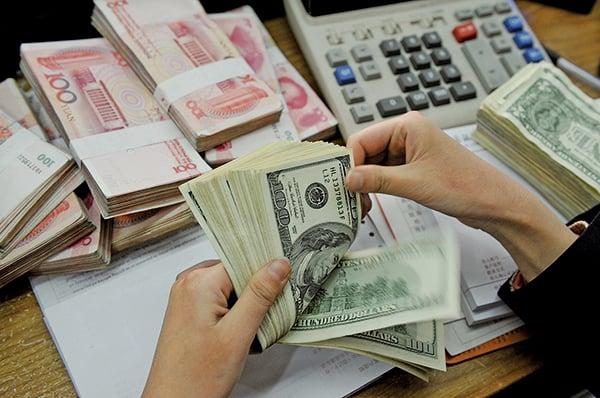 上周,人民幣兌美元匯率跌破7元大關,震動全球市場。美經濟專家摩爾指出,人民幣匯率下跌,對脆弱的中國經濟是進一步打擊,對中國來說很危險。(Getty Images)