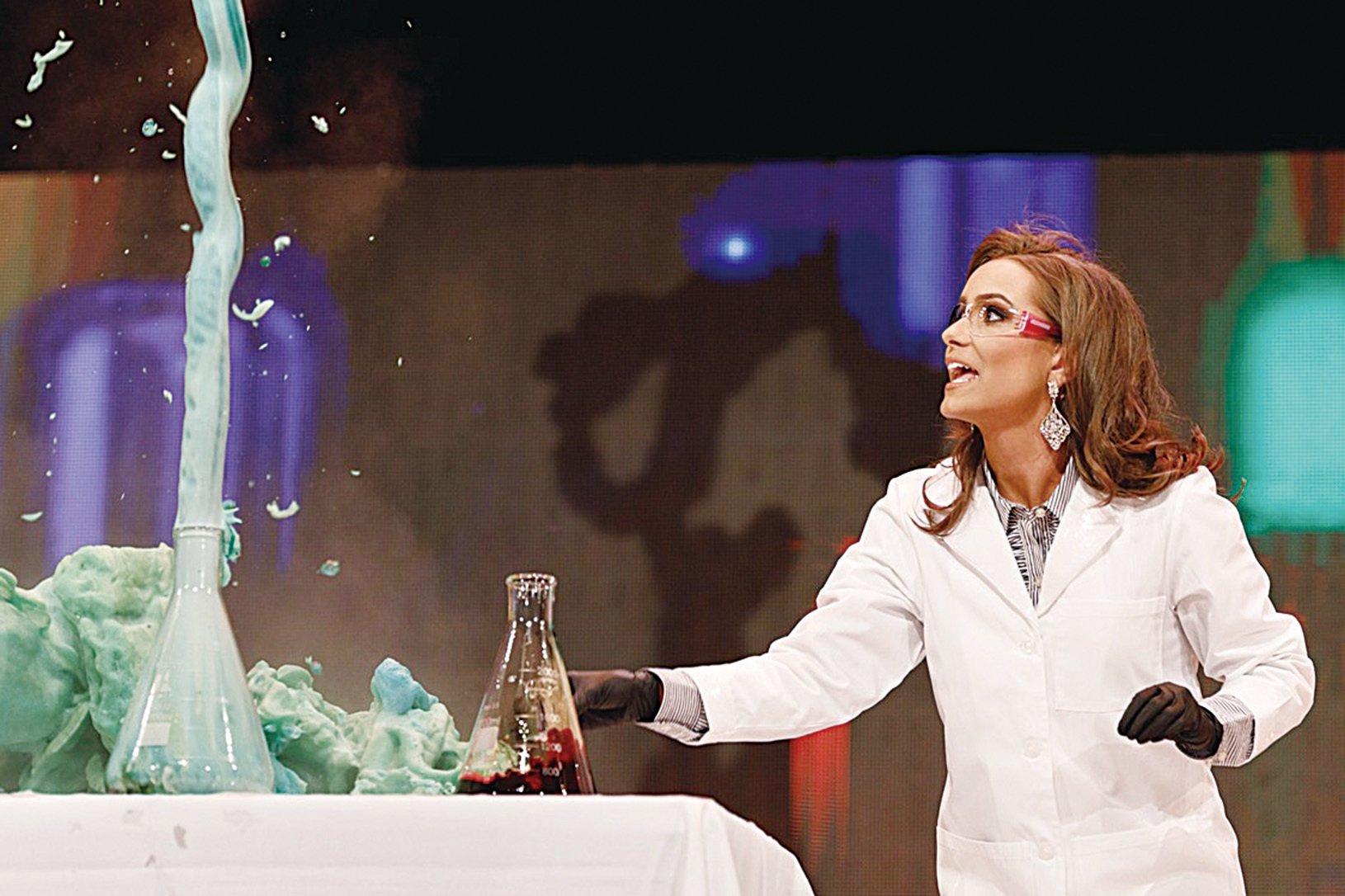 24歲的卡蜜兒施里爾(Camille Schrier) 在選美舞台上展現了她的專業長才——化學實驗。(Camille Schrier FB)