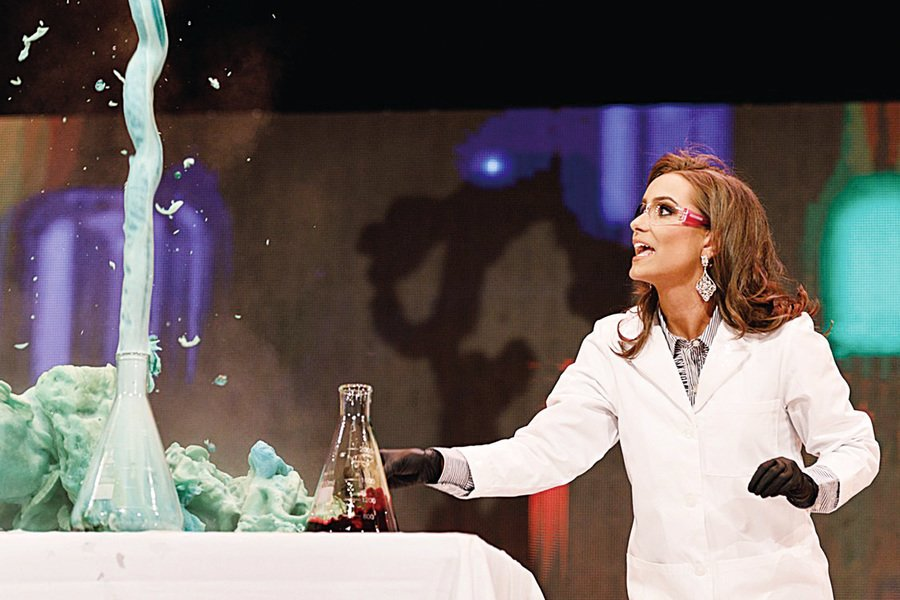 選美台上示範實驗 化學博士生摘后冠