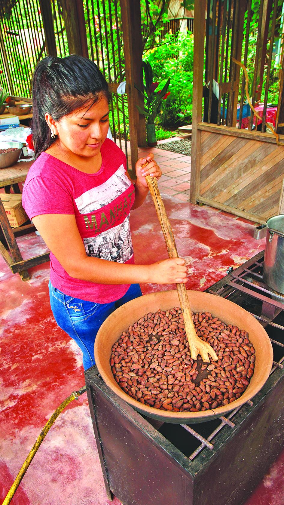 基多女子手工製作朱古力。