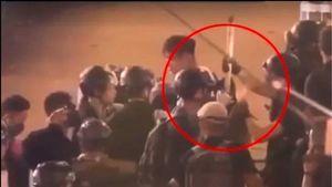 港警嫁禍被抓現形 偷插竹棍入示威者背包