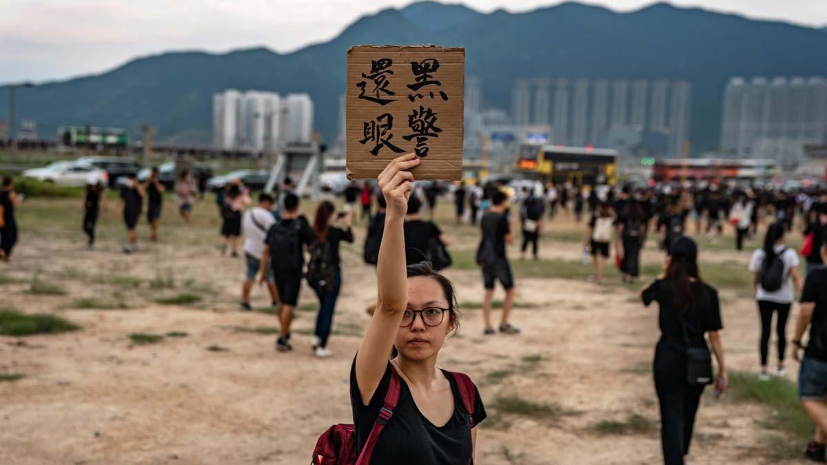 港警擊碎少女右眼激起公憤。香港示威者紛紛打出「黑警還眼」標語,或遮蓋右眼以示抗議。(Anthony Kwan/Getty Images)