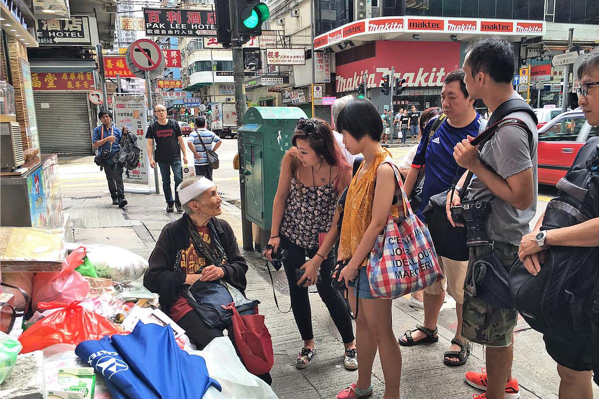 在旺角擺報紙檔的「睡婆婆」早前再度遭劫,聞訊後大批熱心市民到場探望,不少人傾囊相助。(梁珍/大紀元)