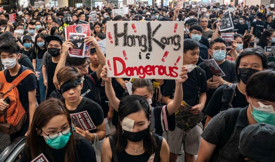 香港抗議者2019年8月12日在香港國際機場抵達大廳舉行的示威活動,抗議警方濫用武力,射傷尖沙咀一名少女右眼。部份抗議者蒙住自己右眼以示對受傷少女的聲援。(Anthony Kwan/Getty Images)
