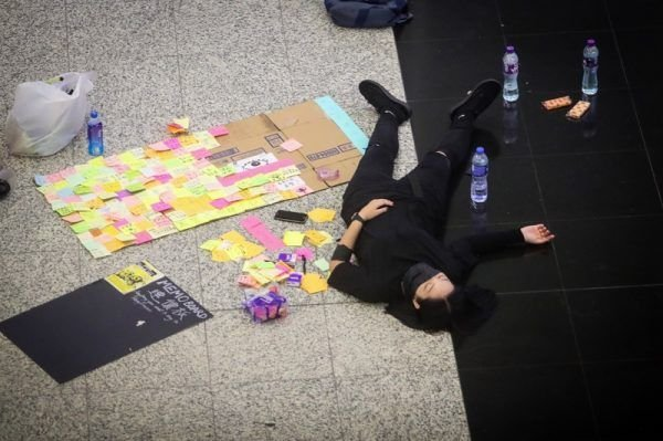 香港反送中示威者號召全民罷工、百萬人塞爆機場,造成香港機場12日下午4時起全數航班取消,13日清晨5時示威者剩不到百人,示威者在大廳就地休息。 (中央社)