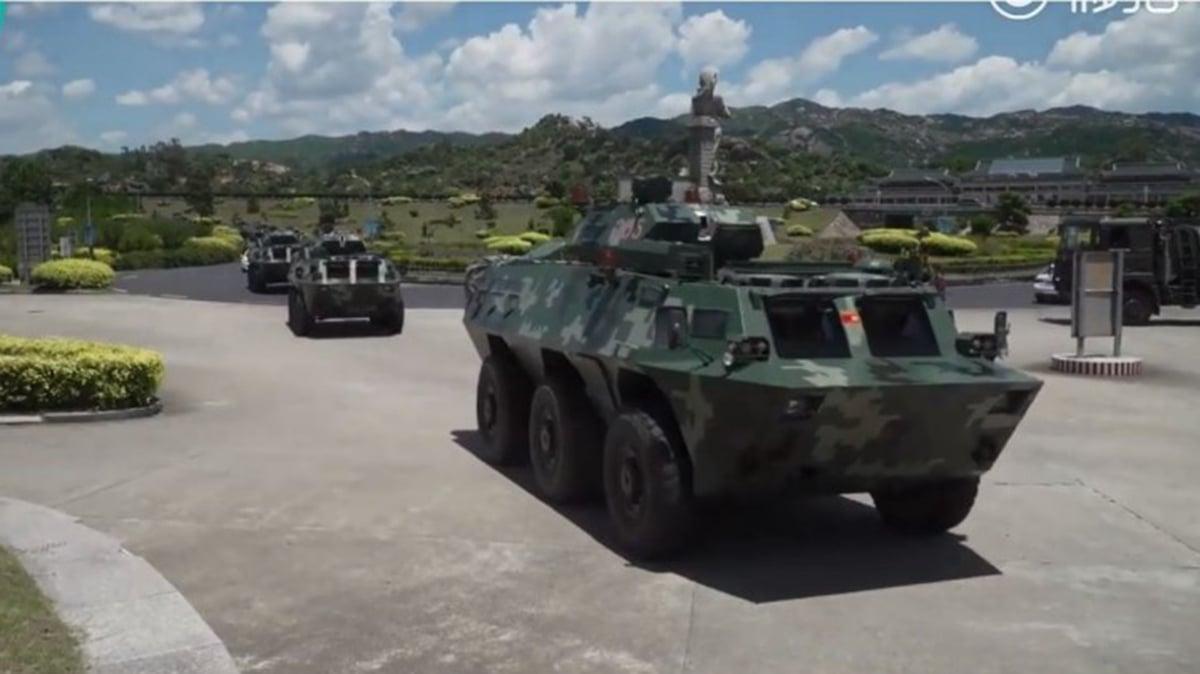 人民日報PO出一段影片,聲稱是民眾拍攝到大批武警裝甲車隊在深圳集結。(YouTube截圖)