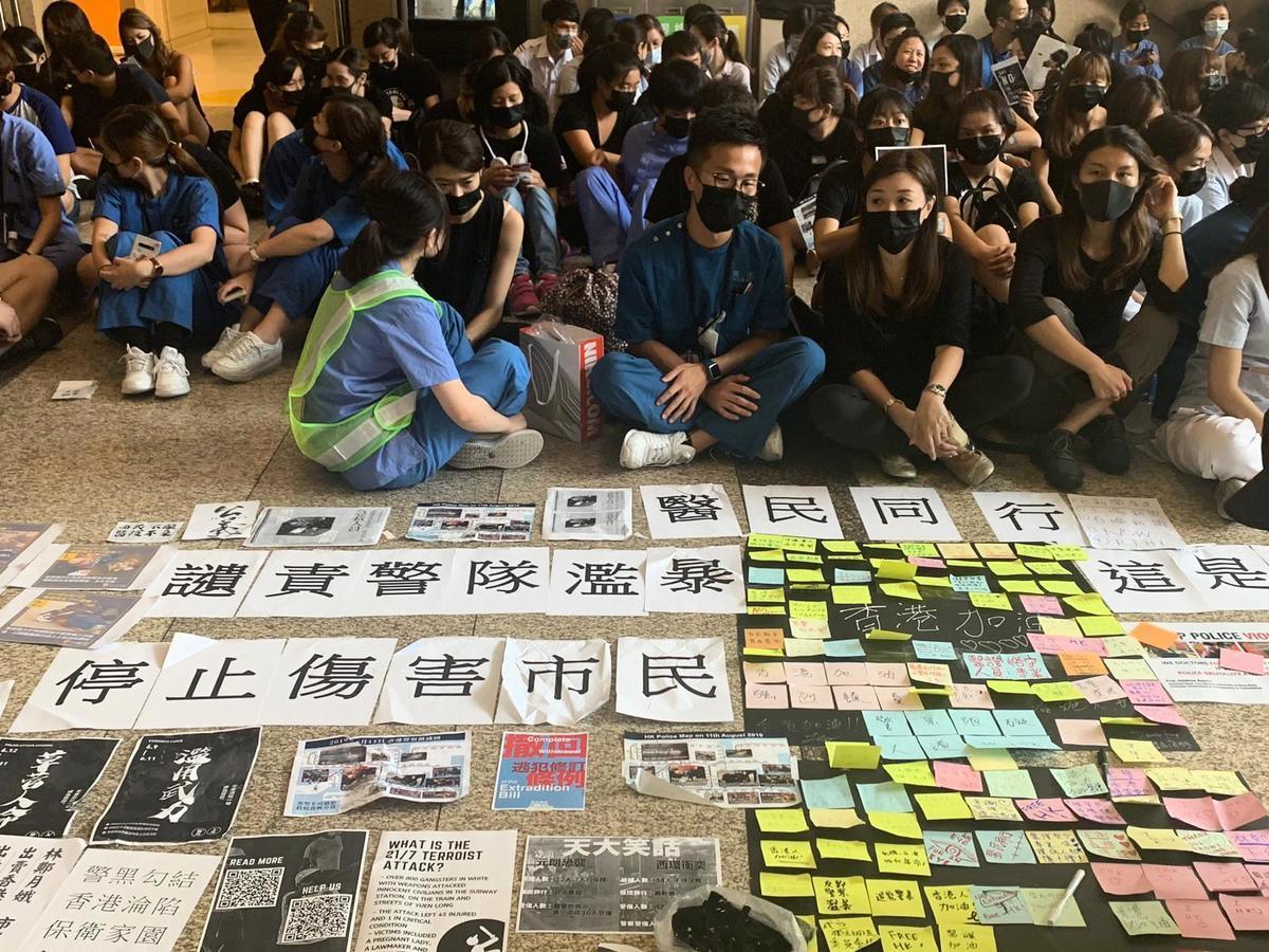 8月13日,威爾斯親王醫院,下午一點近500位醫護人員開始靜坐抗議集會。醫護人員大多戴上黑口罩,抗議「警察濫用武力,政府漠視民意」。(趙若水/大紀元)