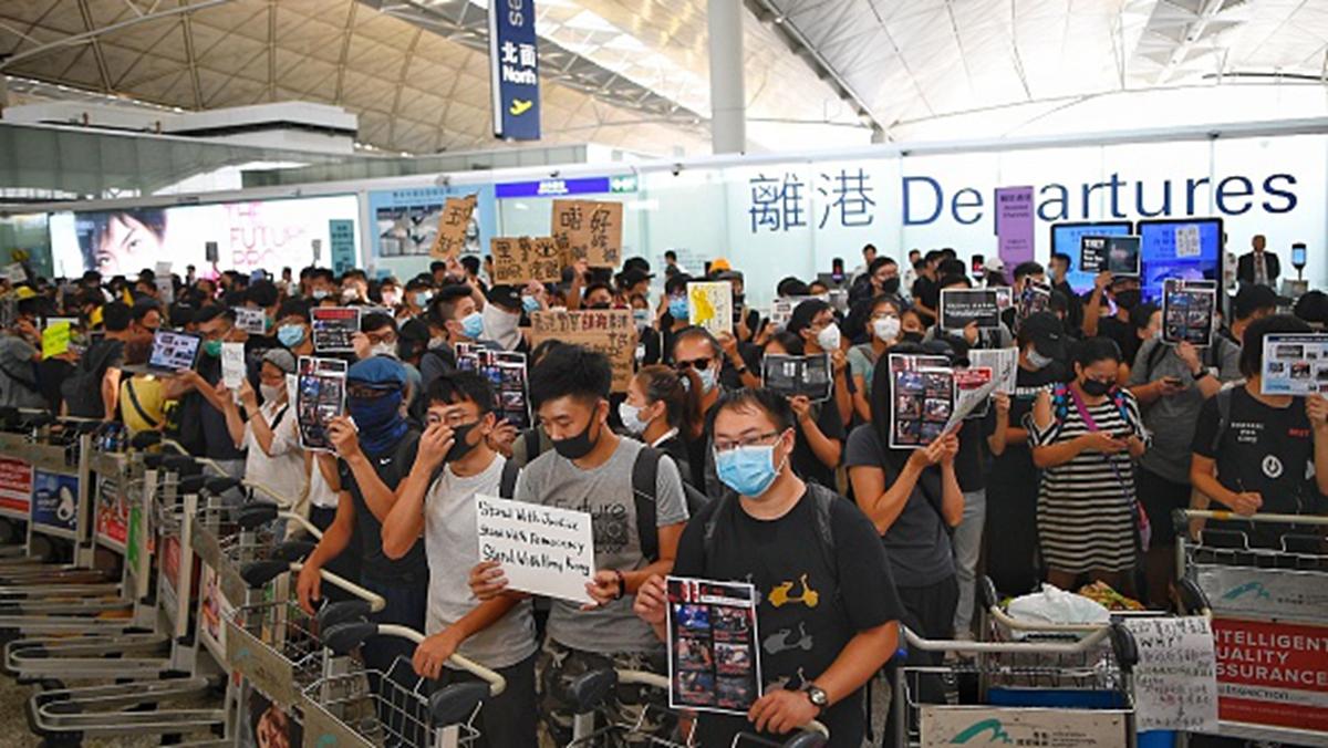 8月13日,大批民眾再度前往香港機場,繼續抗議活動。 (MANAN VATSYAYANA/AFP/Getty Images)