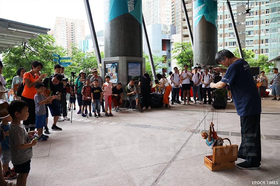 黃暉師傅常常受邀於各區進行演出,觀眾們聚精會神地觀看表演。(曾蓮/大紀元)