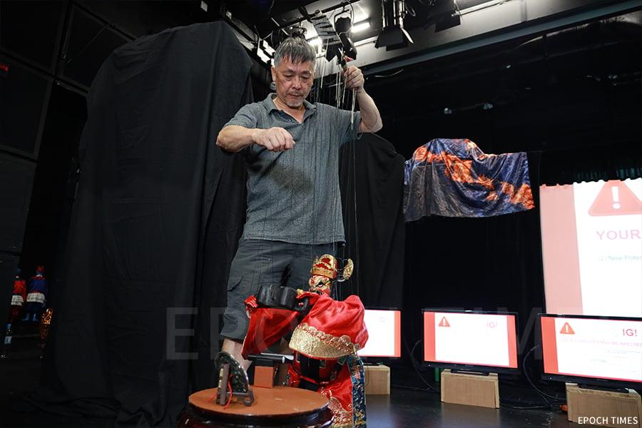 黃暉師傅認為,在木偶戲的世界裏,演員是不會受年齡限制的,可以隨心扮演各類角色。(陳仲明/大紀元)
