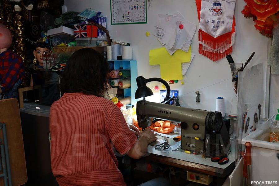工作室內有縫紉機,有的戲服的設計及修補還得依靠手工進行。(陳仲明/大紀元)