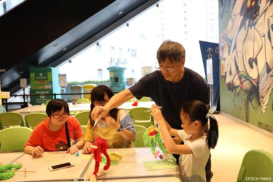 黃暉師傅十分願意把自己多年的經驗傳授給他人,常常舉辦各類工作坊,如提線木偶工作坊。(曾蓮/大紀元)
