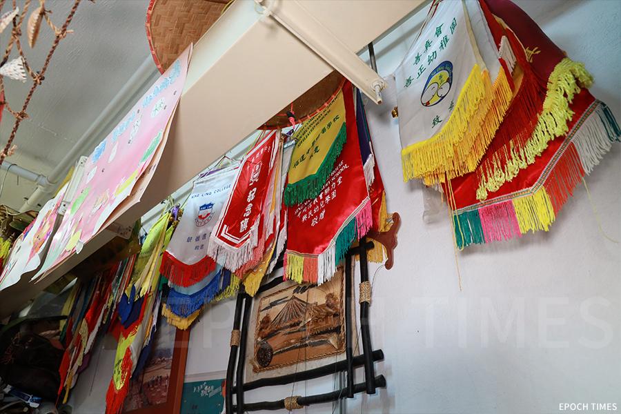 黃暉自二零零一年成立香港偶影藝術中心,目的是推廣中國傳統木偶皮影藝術,多年來也堅持到各區的大、中、小學舉辦課程及表演,獲得不少錦旗。(陳仲明/大紀元)