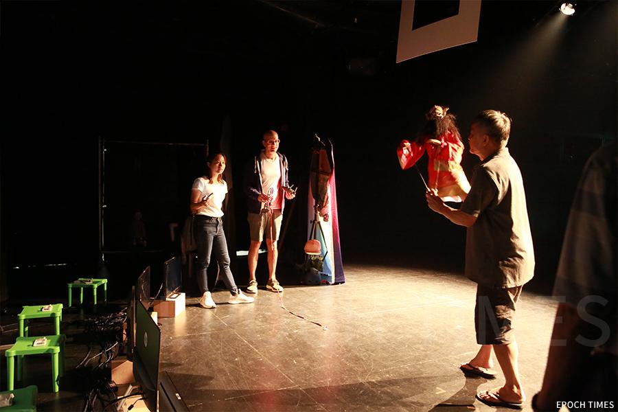 德國藝術家也慕名向黃暉師傅拜師,合作新木偶劇《鍾馗.地府重塑》。(陳仲明/大紀元)