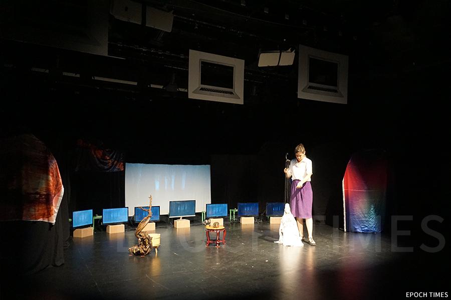 德國藝術家也慕名向黃暉師傅拜師,合作新木偶劇《鍾馗.地府重塑》。(曾蓮/大紀元)