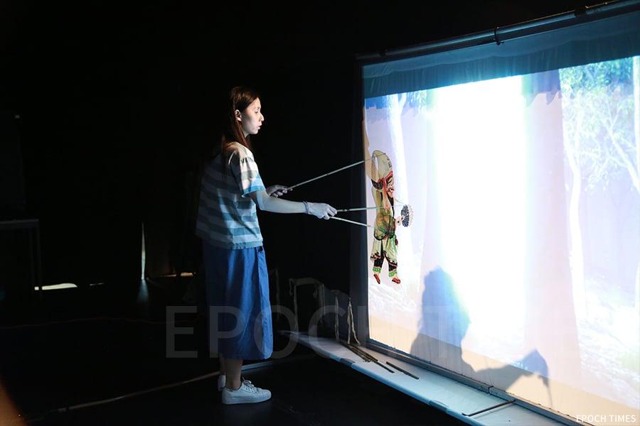 黃暉師傅的女兒黃慧真也是劇團的主要演員之一。(陳仲明/大紀元)