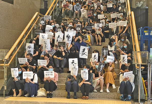 數百位九龍醫院的醫護人員靜坐聲討警方濫捕、濫用武力,為被布袋彈打爆右眼的少女討回公道。(葉依帆/大紀元)