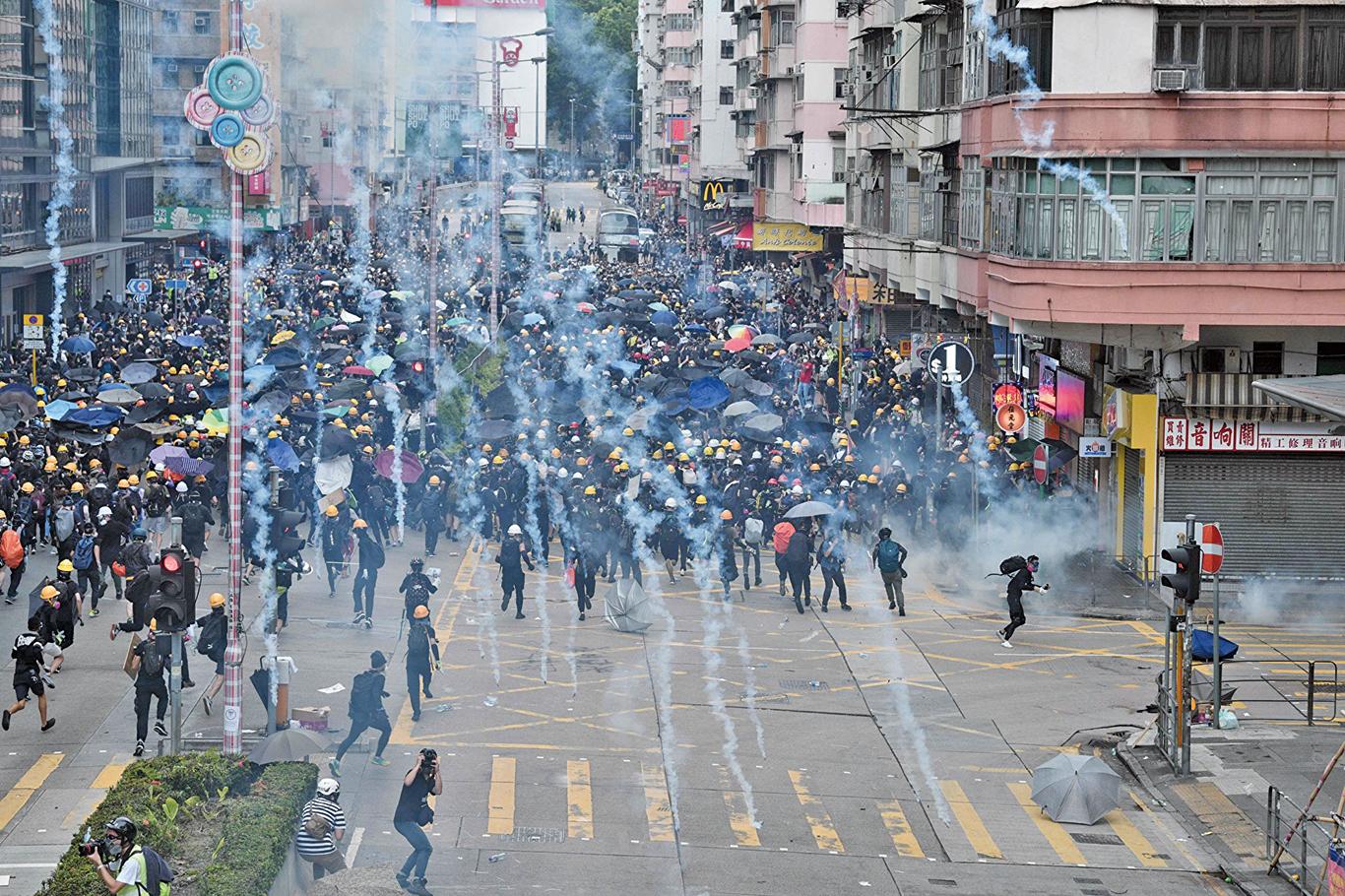 圖為2019年8月11日,香港深水埗,警方發射催淚彈。(Getty Images)