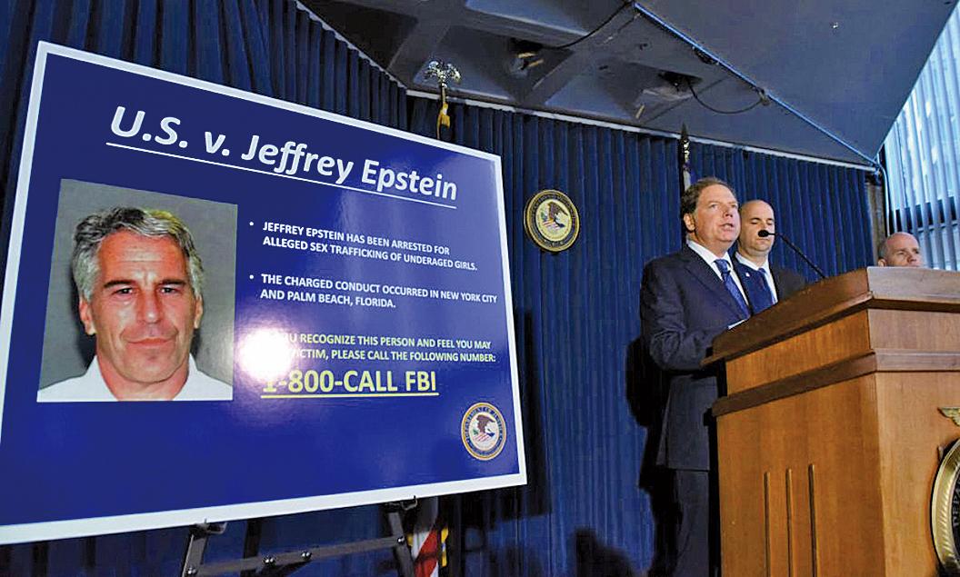 圖為紐約南區的美國檢察官柏曼(Geoffrey Berman)於2019年7月8日在紐約市宣讀對億萬富豪愛潑斯坦的指控。(Getty Images)