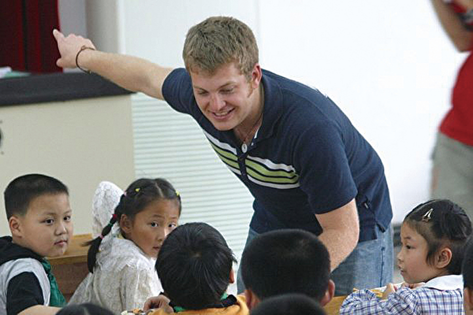 為外籍教師與南京雙塘的小學生在英語交流活動上,資料照。(大紀元資料室)