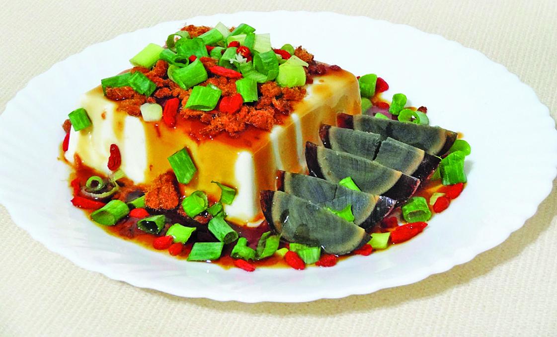 涼拌皮蛋豆腐是一道高蛋白、低醣、低脂的軟質食物,適合銀髮族。
