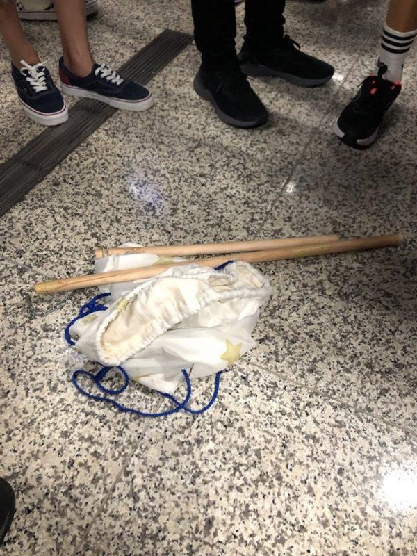 機場可疑男子丟下的袋子中裝有一隻雙節棍。(圖片來源:臉書_龍獅報)