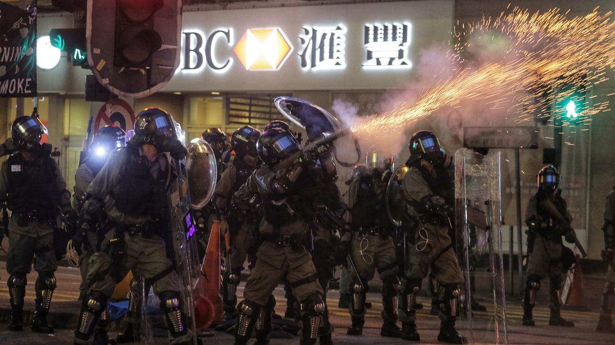 8月11日,香港反送中抗議活動,示威者遭遇比7‧21黑幫血洗元朗更為血腥的暴力襲擊。( VIVEK PRAKASH/AFP/Getty Images)