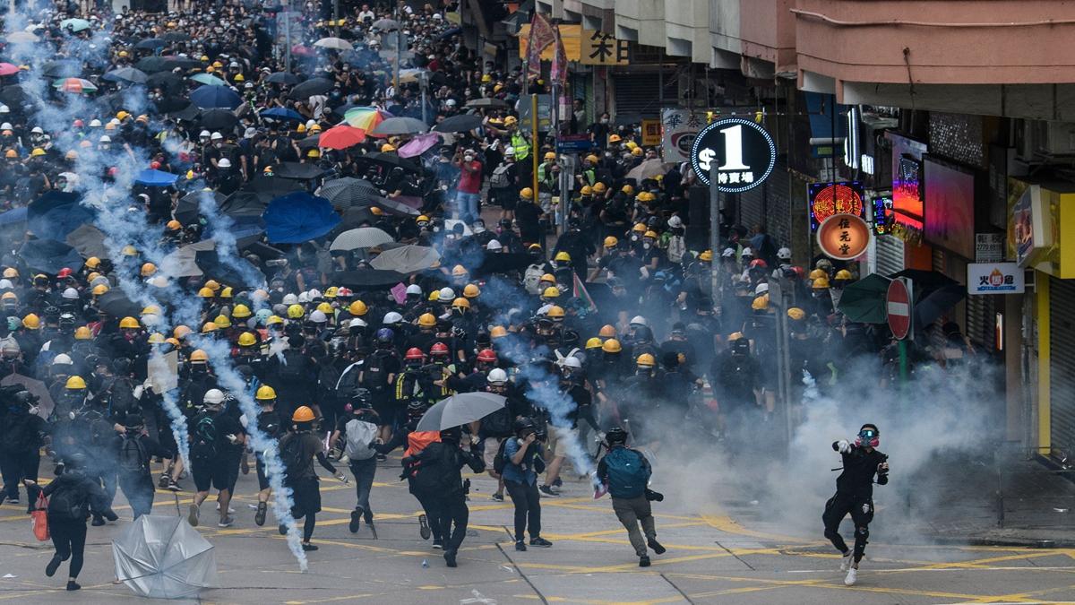 8月11日,香港反送中抗議活動,示威者遭遇比7‧21黑幫血洗元朗更為血腥的暴力襲擊。( ANTHONY WALLACE/AFP/Getty Images)