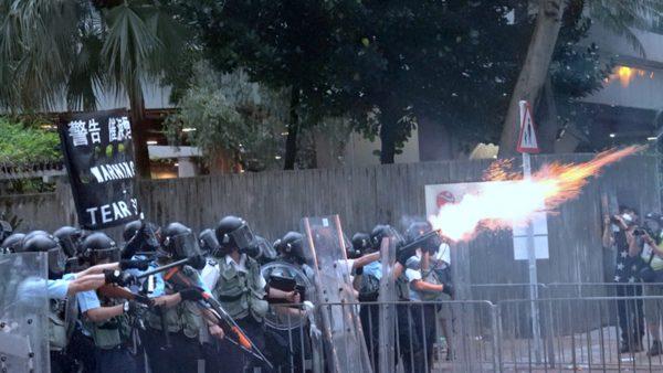 有德媒說,香港局勢惡化,中共只剩兩條路可走,但不論走哪一條路,最後都是雙輸。圖為6月12日港警在巴士站施放催淚彈。(李逸/大紀元)