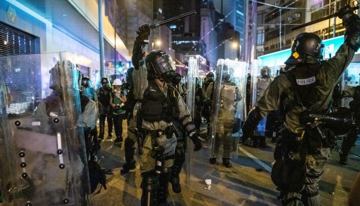 香港兩名防暴警察7月28日在香港上環地區驅趕抗議者期間,揮舞警棍向其他警員示意採取行動。(Laurel Chor/Getty Images)