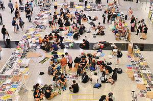 機場實施禁制令仍有示威者留守