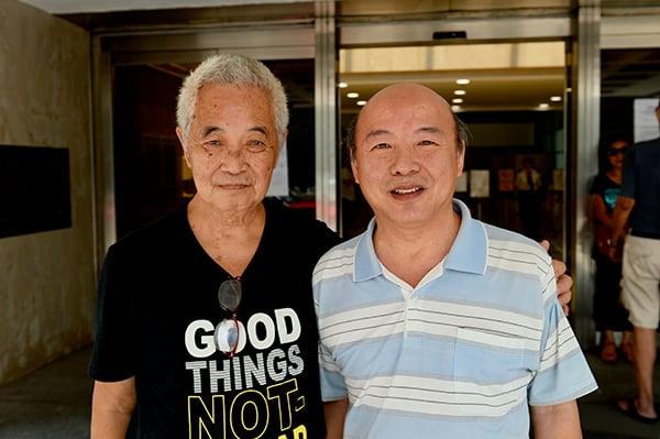 「長洲覆核王」郭卓堅(左)及退休攝影師張德榮(右)昨日到高等法院申請司法覆核。(宋碧龍/大紀元)